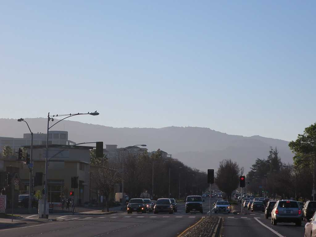 クパチーノから見えるカリフォルニアの山々