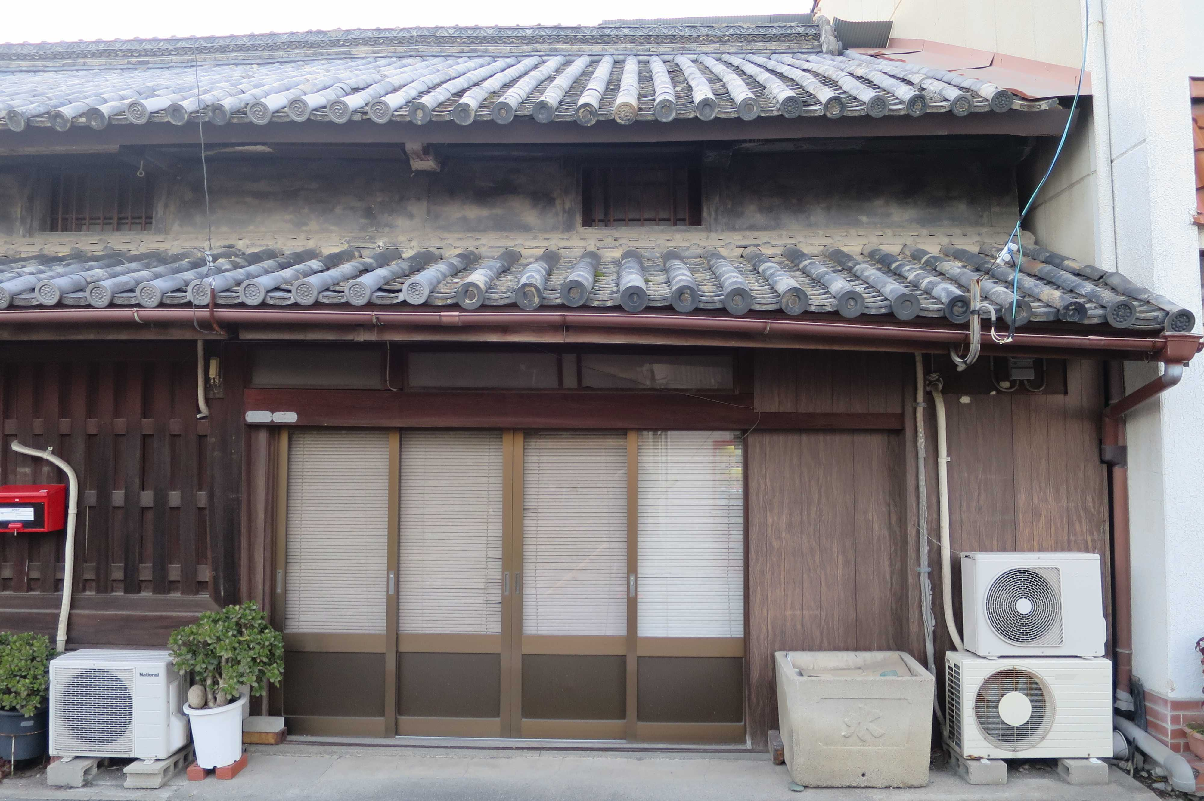 丸亀 - 曲がった屋根