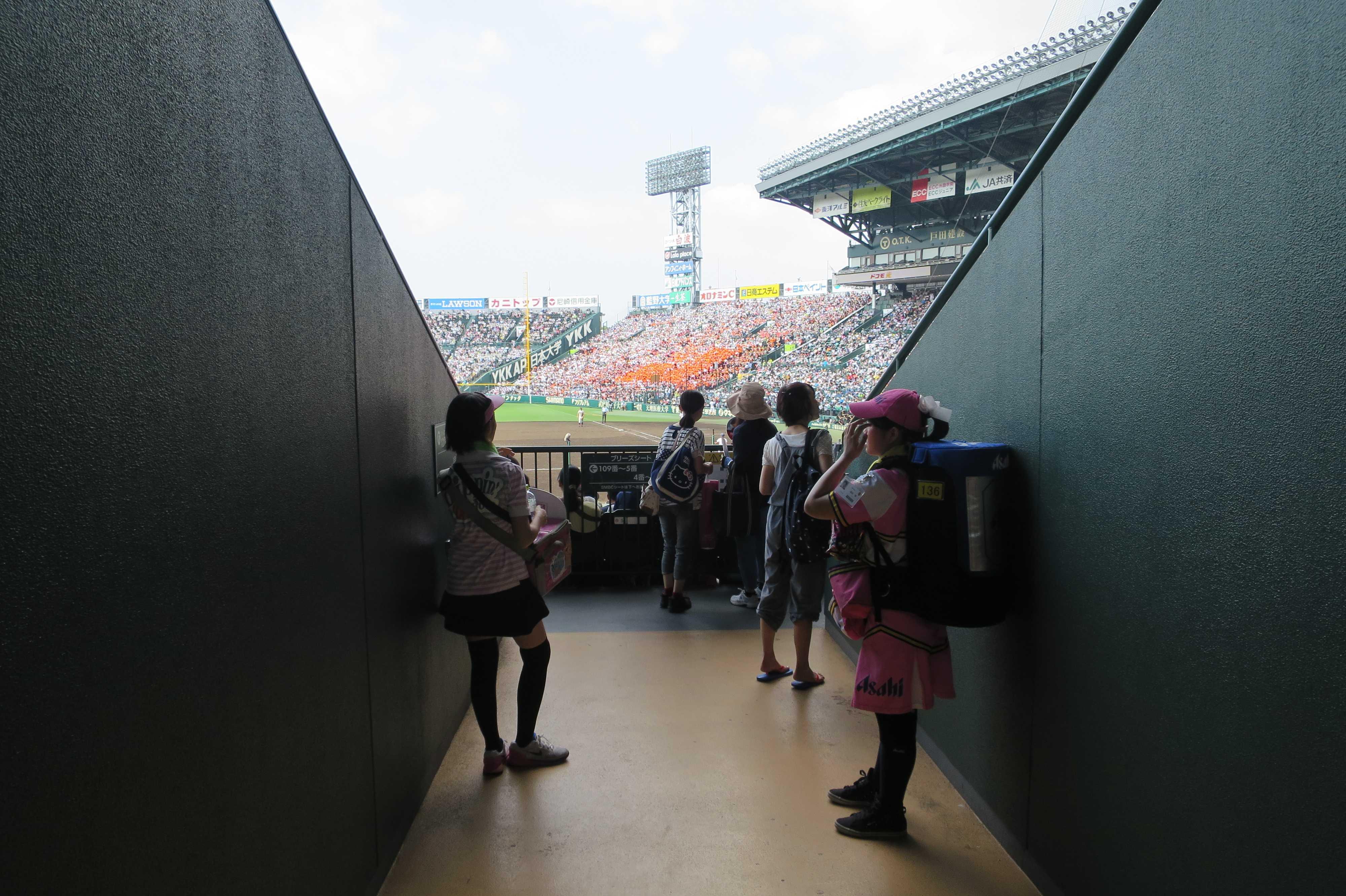 通路から球場が見える瞬間 - 阪神甲子園球場