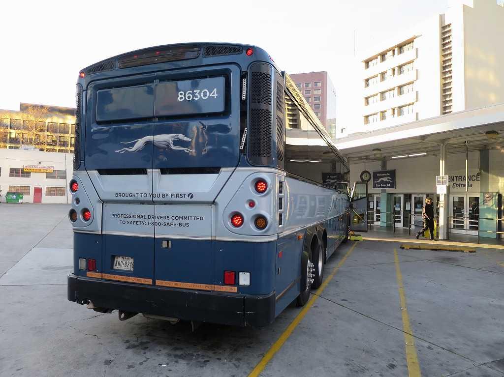 グレイハウンドバスのトレードマーク(背面)