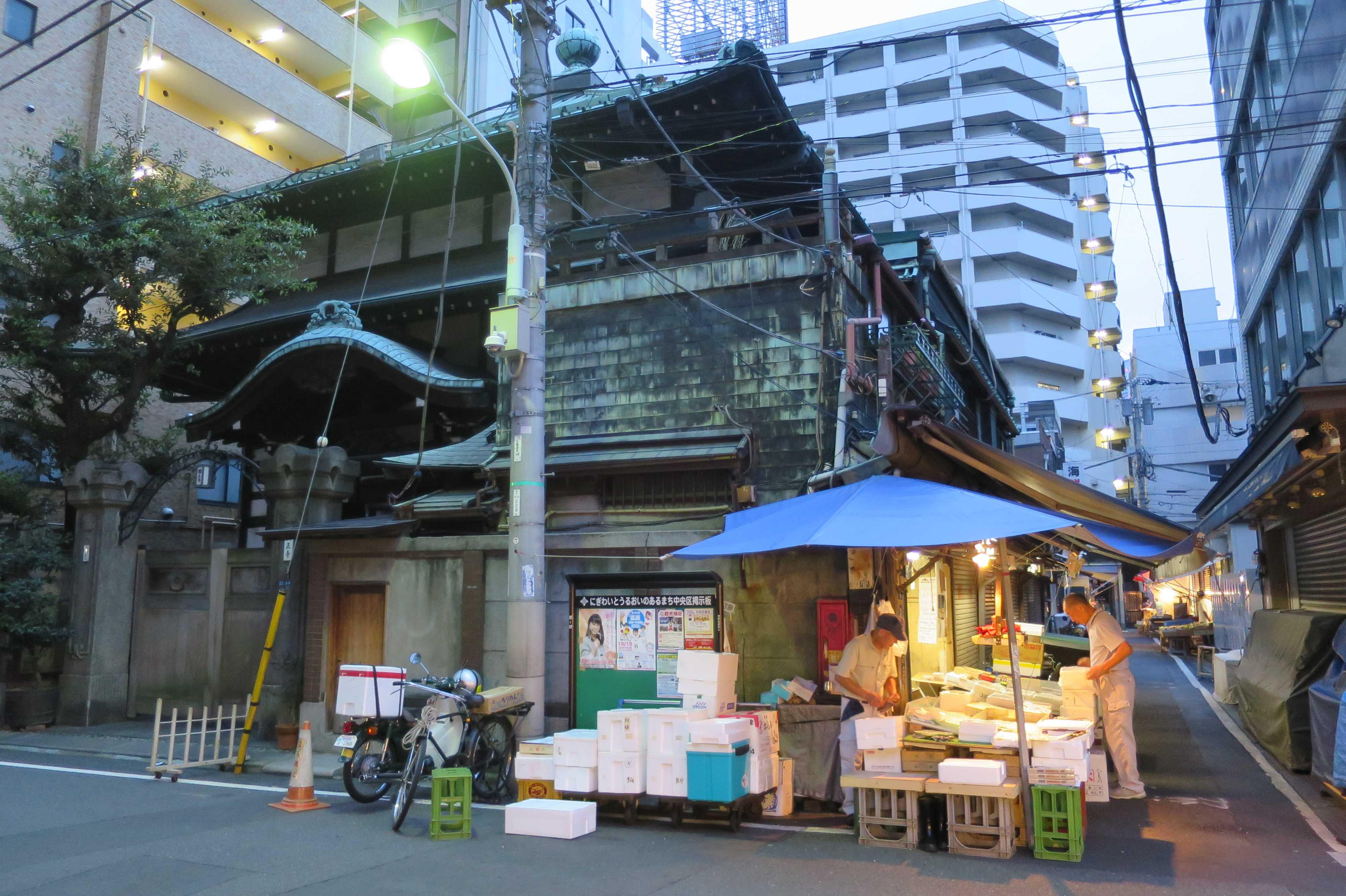 築地場外市場 - お寺(円正寺)とお店(露店)