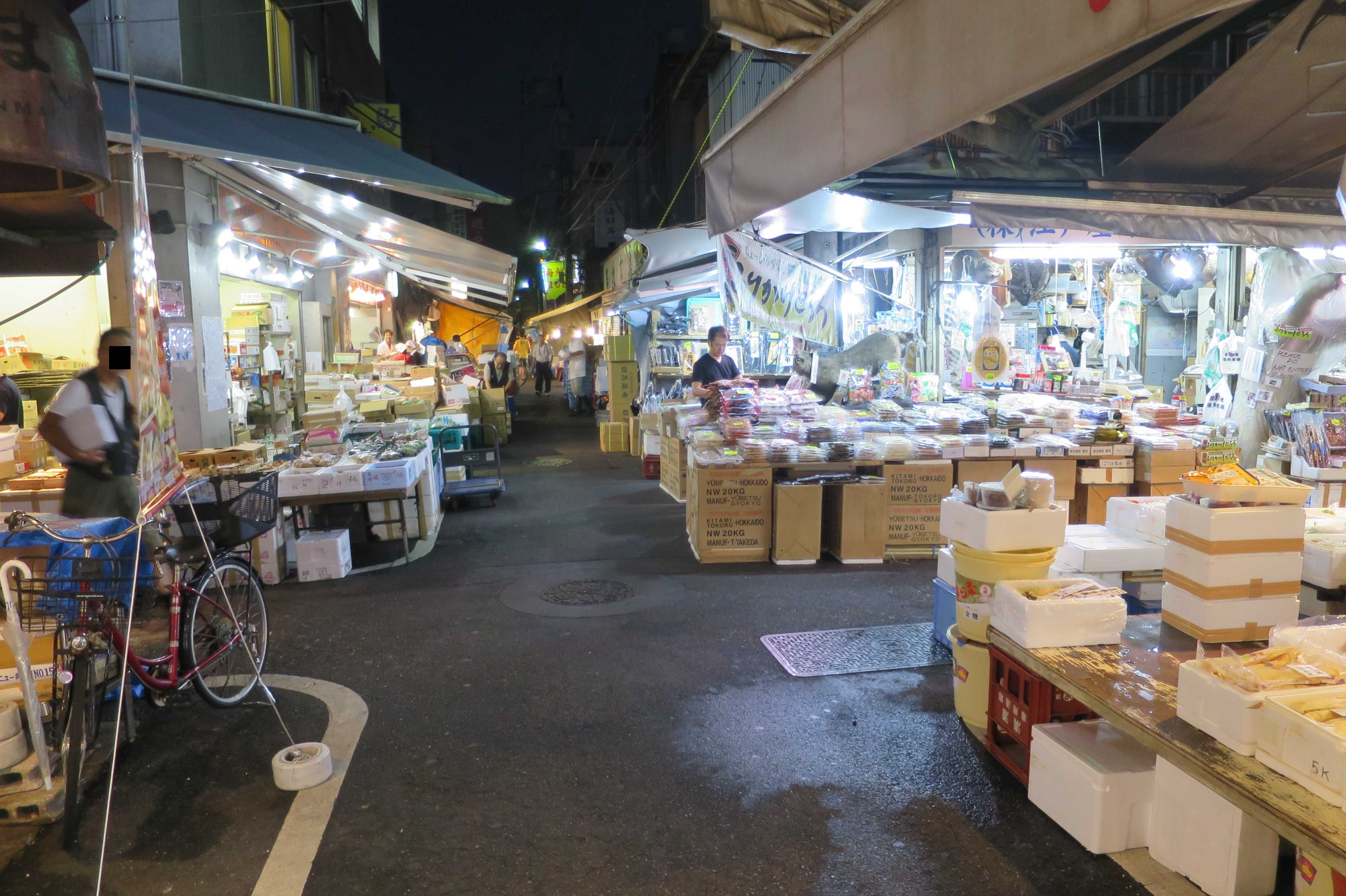 築地場外市場 - 狭い四つ角(十字路)