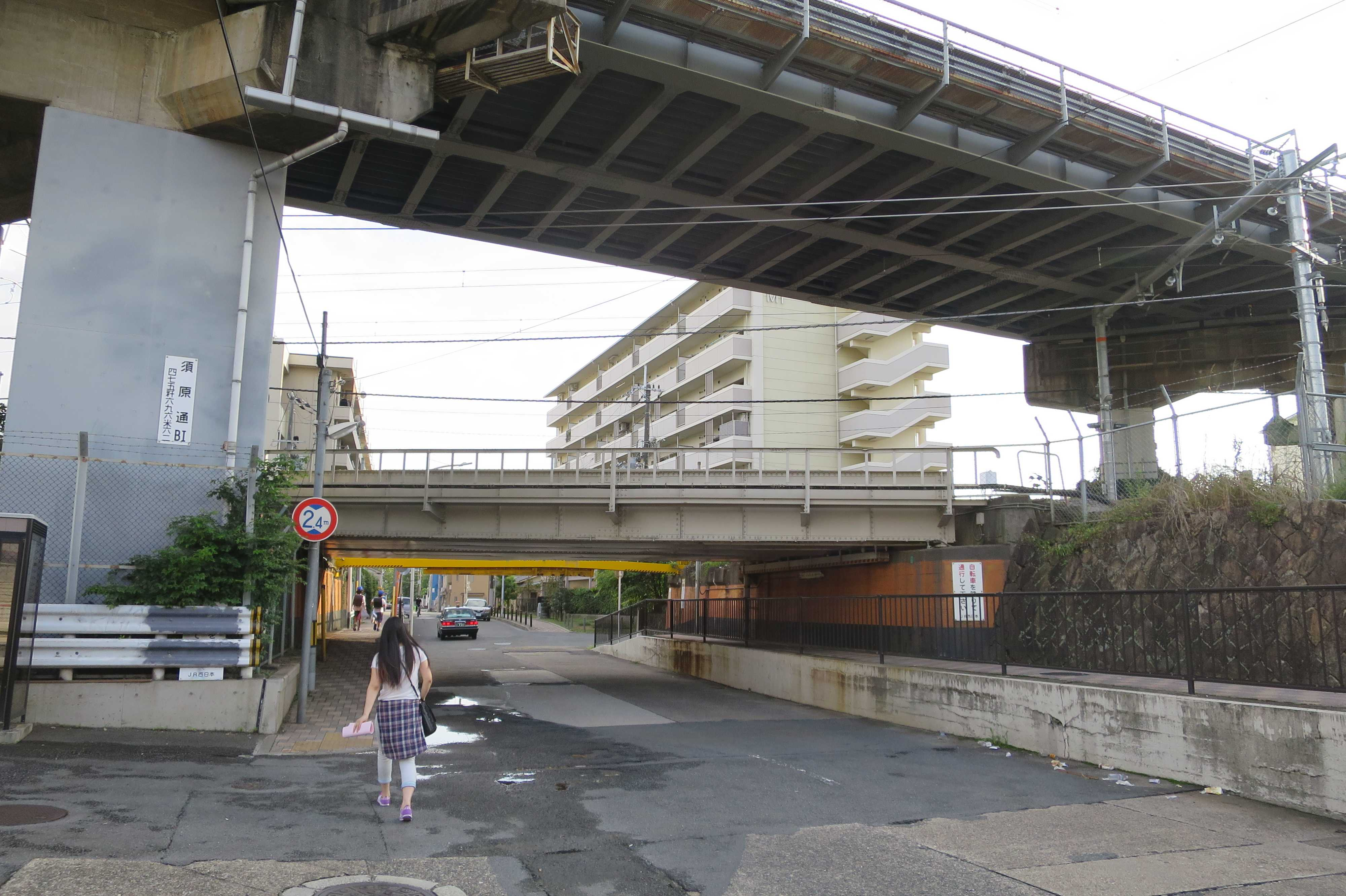 京都・崇仁地区 - 手前が東海道新幹線、奥がJR奈良線の高架
