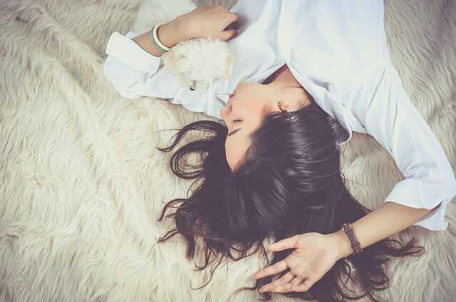 休んで眠る女性