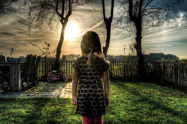 太陽と向き合う少女
